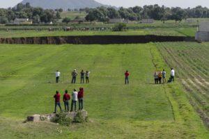 Decenas de personas observan el socavón que se ha abierto en unas tierras de cultivo en Santa María Zacatepec, Puebla, el 1 de junio de 2021.