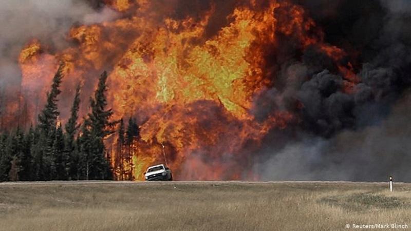 Continúan las evacuaciones en el oeste de Canadá por avance de incendios