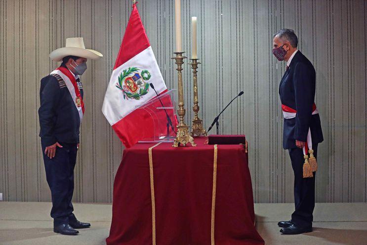 Presidente de Perú intenta apaciguar críticas con dos últimos ministros