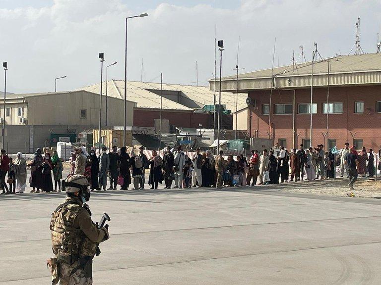 EE.UU. evacuó a la base de su personal diplomático en Afganistán y entró en  la recta final del operativo – Somos Prensa
