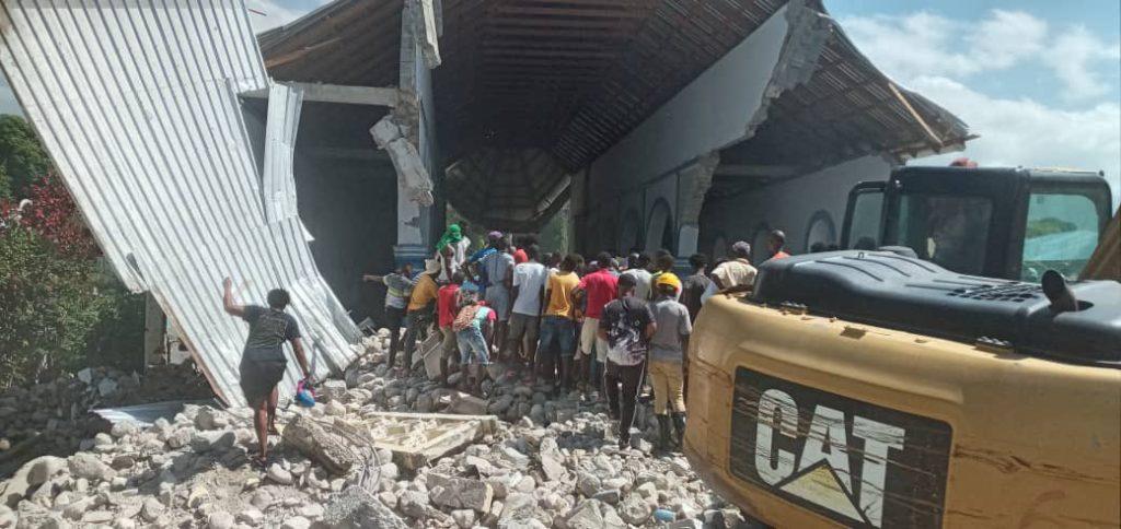 "Reportan víctimas bajo los escombros en iglesia de ""Les Anglais"""