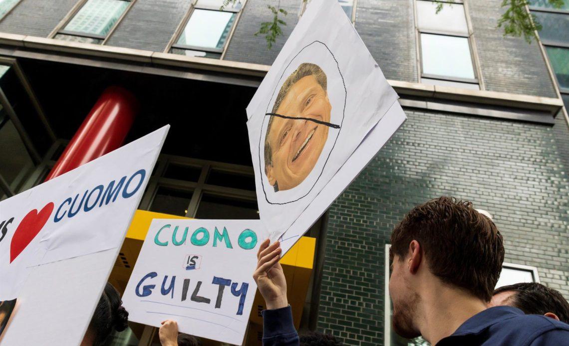 El gobernador de Nueva York afronta protestas y pierde apoyo tras el supuesto acoso