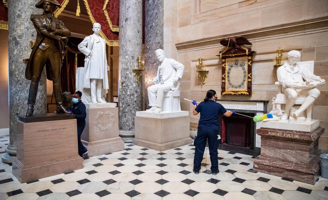 Seis policías serán sancionados por su conducta durante el asalto al Capitolio