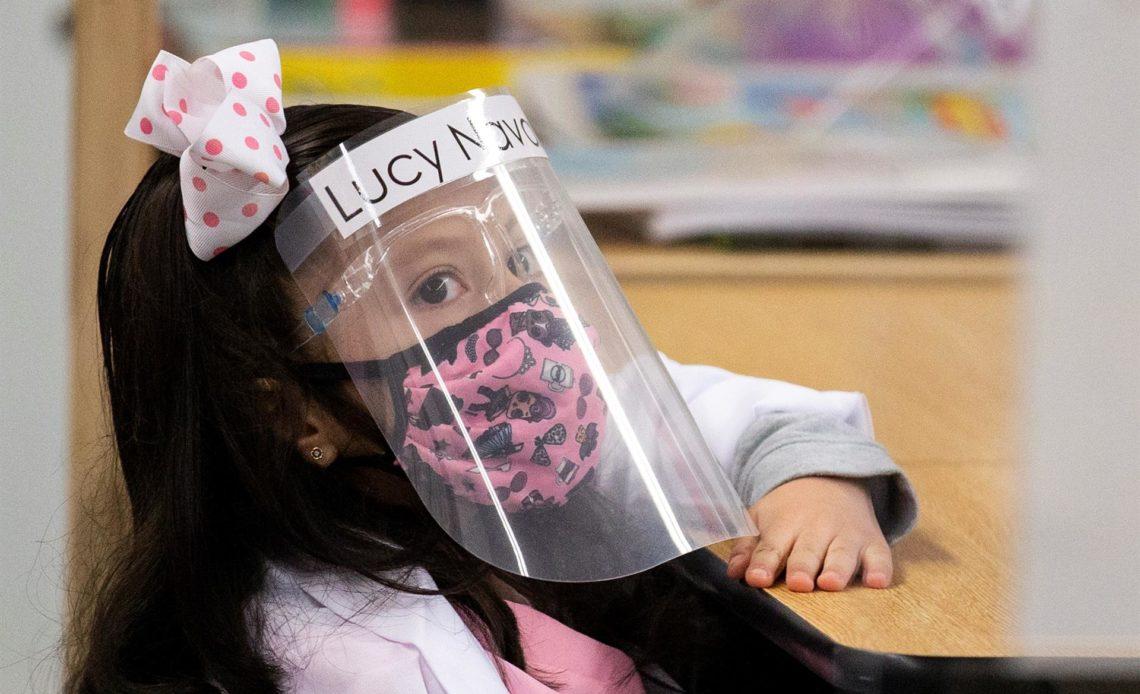 Distrito escolar de Florida recibe el primer fondo de Biden por usar tapabocas