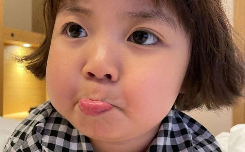 Madre de niña coreana pide no usar la imagen de su hija ¿Ya no se podrá usar sus stickers?