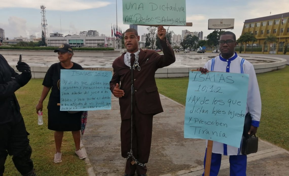 Ciudadanos protestan en la Plaza de la Bandera en contra de resolución emitida por Salud Pública